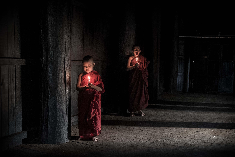 Monjes en Bagan, Birmania