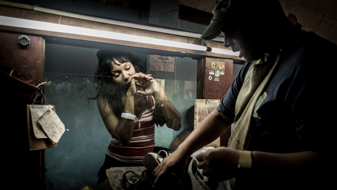 Woman at the shoemaker Havana