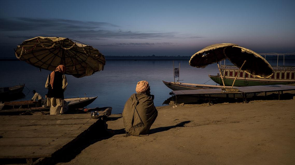 Hombre mirando el Ganges